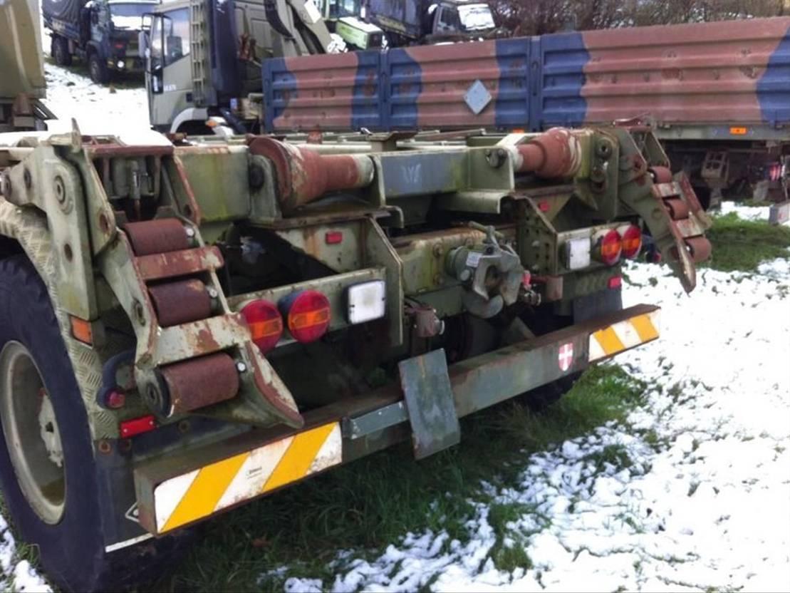 leger vrachtwagen Iveco With hook lift 2000