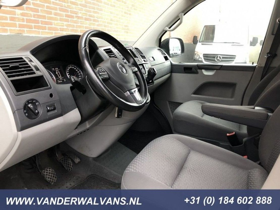 gesloten bestelwagen Volkswagen Transporter 2.0TDI 140pk L2H1 Airco, navigatie, camera, 2500kg trekhaak 2015