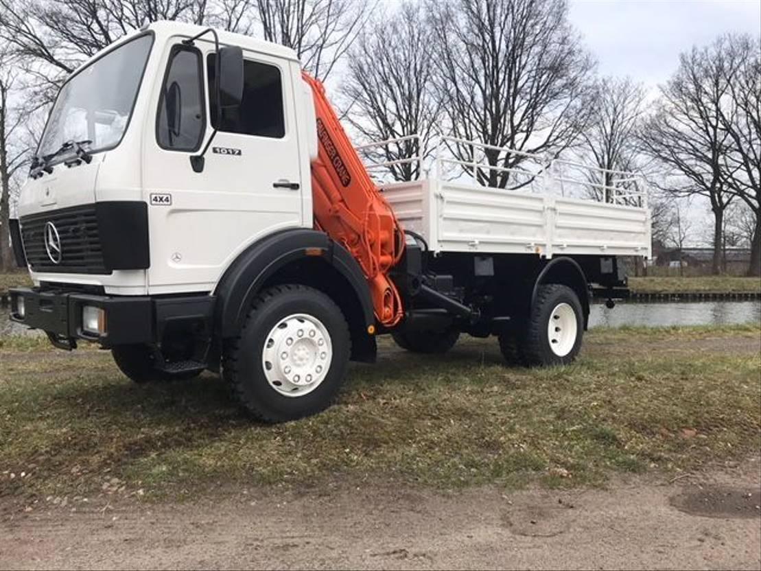 leger vrachtwagen Mercedes-Benz 1017 - Crane