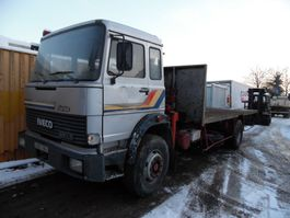 platform vrachtwagen Iveco 190.24 platte bak met kraan 1983