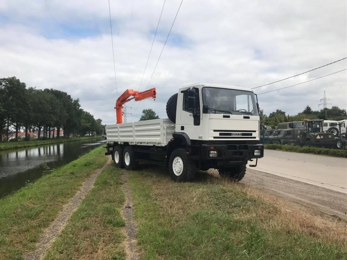 leger vrachtwagen Iveco Eurotrakker 260E37 - crane HMF 1110 - 11tm