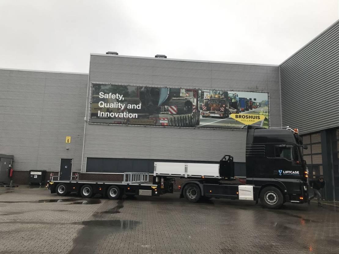 semi dieplader oplegger Broshuis 3 axle semi low loader for crane truck